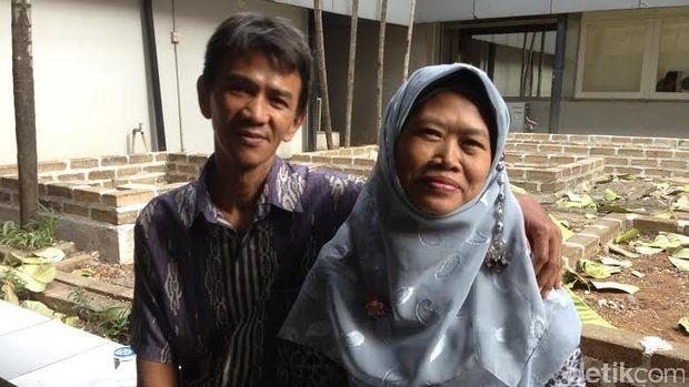 Bambang pengidap skizoafektif dan istrinya, Yatmi.