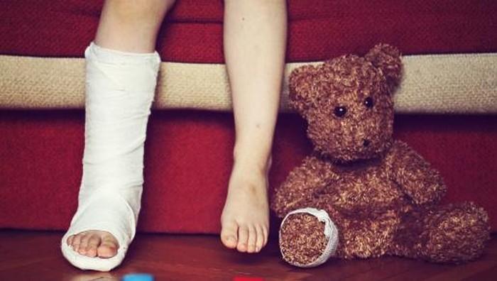 boys foot in cast, teddy bears foot bandaged