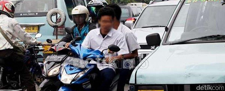 Pelajar SMP mengendarai motor dan tidak mengenakan helm. Foto: detikcom