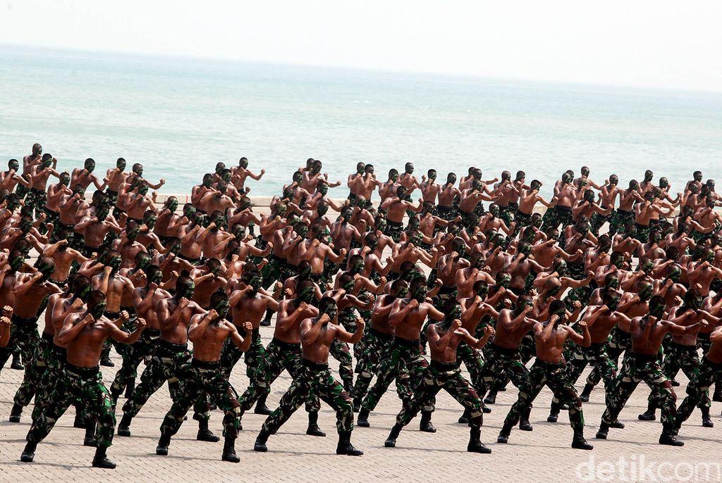 Sejumlah personel Korps Kavaleri TNI AD bersiap mengikuti simulasi tempur saat gladi kotor persiapan HUT ke-70 TNI di Pelabuhan Indah Kiat, Merak, Banten, Kamis (1/10). HUT ke-70 TNI yang akan dihadiri Presiden Joko Widodo pada 5 Oktober 2015 mendatang akan menyelenggarakan simulasi pertempuran darat, laut, dan udara yang diikuti ribuan prjaurit TNI.