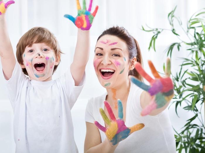 Anak dan ibu bermain