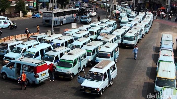 Puluhan mikrolet berjejer antri menunggu calon penumpang di kawasan Terminal Kampung Melayu, Jakarta, Selasa (6/10/2015). Untuk meningkatkan layanan transportasi publik, Pemerintah Provinsi (Pemprov) DKI Jakarta dalam hal ini Dinas Perhubungan dan Transportasi (Dishubtrans) Jakarta tidak hanya fokus pada pengembangan transportasi publik berbasis bus rapid transit (BRT), tetapi juga melakukan penataan ulang pada angkutan umum reguler, seperti Kopaja dan Mikrolet. Transportasi massa berjenis mikrolet ini pun siap direvitalisasi untuk meningkatkan kenyamanan pengguna transportasi umum. (Foto: Rachman Haryanto/detikcom)