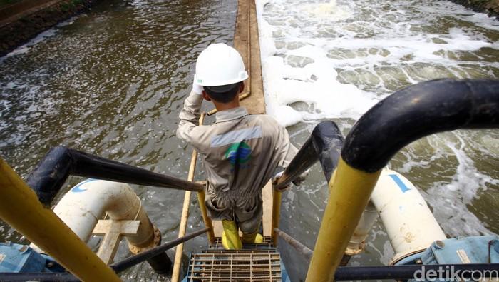 Pekerja membersihan saluran air baku yang siap diolah untuk menjadi air bersih oleh Palyja di Instalasi Pengolahan Air (IPA) Cilandak, Rabu (7/10/2015). Operator penyediaan dan pelayanan air bersih untuk wilayah barat DKI Jakarta, PALYJA, telah berkoordinasi dengan PAM Jaya dan AETRA untuk mendapatkan tambahan air baku, sebagai bentuk kompensasi penurunan produksi Instalasi Pengolahan Air (IPA) Cilandak, Jakara Selatan. Rachman Haryanto/detikcom.