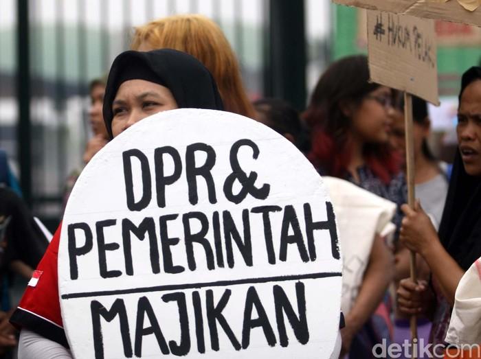 Salah satu peserta aksi dari puluhan pekerja rumah tangga (PRT) yang tergabung dalam Jaringan Nasional Advokasi Pekerja Rumah Tangga (Jala PRT) menggelar aksi damai mendesak Dewan Perwakilan Rakyat (DPR) untuk mengesahkan Undang Undang (UU) Perlindungan PRT di gedung DPR RI, Jakarta, Rabu (7/10/2015). Dalam aksinya Jala PRT juga meminta DPR untuk menindak anggotanya yang diduga telah melakukan tindak kekerasan terhadap PRT bernama Toipah. Rachman Haryanto/detikcom.