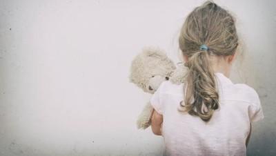 Kesalnya Ibu Saat Bokong Anak Perempuannya Dipukul Seorang Pria