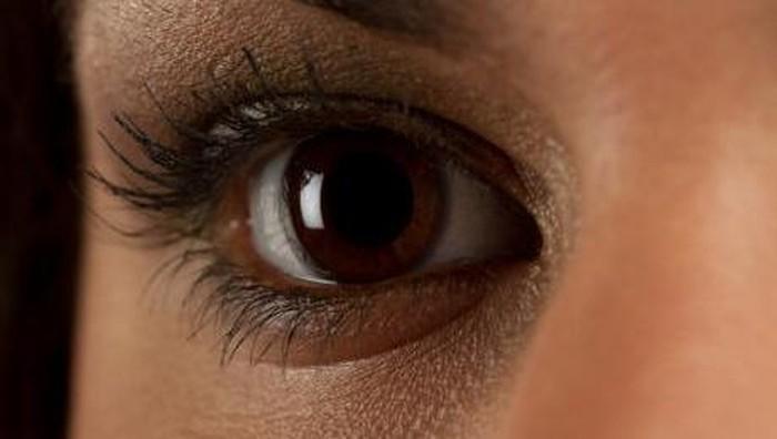 Bulu mata sang wanita mulai tumbuh lebat saat menjalani kemoterapi. (Foto ilustrasi: Thinkstock)