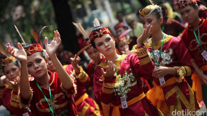 Peserta beraksi dalam Karnaval Budaya Dayak di Jalan Jenderal Sudirman, Jakarta, Minggu (28/4). Kegiatan tersebut merupakan rangkaian dari Pekan Budaya Dayak 2013 yang berlangsung 27-30 April 2013 di Istora Senayan. Agung Pambudhy/Detikcom. File/detikFoto.