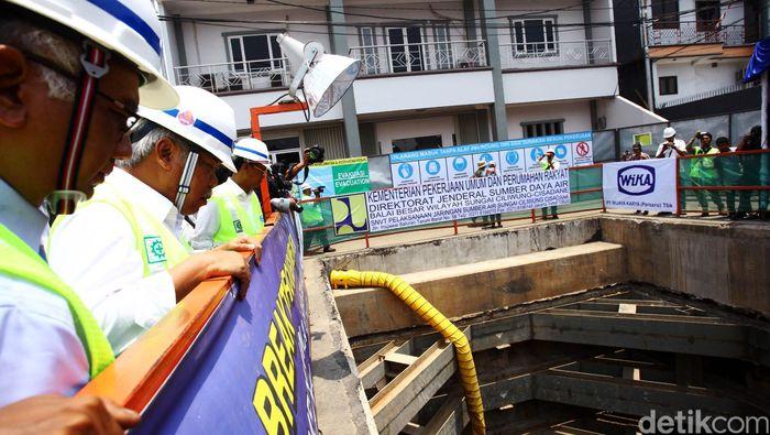 Menteri Pekerjaan Umum dan Perumahan Rakyat (PUPR) Basuki Hadimuljono melihat proyek pembangunan sodetan yang menghubungkan kawasan Kali Ciliwung menuju Kanal Banjir Timur, Senin (12/10/2015). Proyek tersebut sudah mencapai 54,37 persen dengan total panjang 564 meter dari total pengerjaan sepanjang 1,27 km panjang sodetan yang telah direncanakan. Proyek tersebut dimulai sejak 19 Desember 2013 lalu. Rachman Haryanto/detikcom