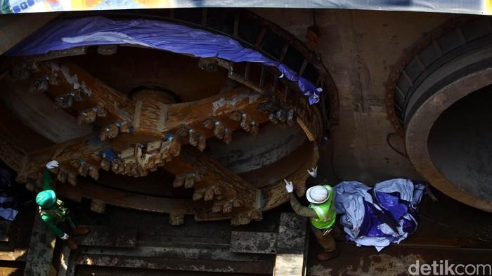 Melihat proyek pembangunan sodetan yang menghubungkan kawasan Kali Ciliwung menuju Kanal Banjir Timur, Senin (12/10/2015). Proyek tersebut sudah mencapai 54,37 persen dengan total panjang 564 meter dari total pengerjaan sepanjang 1,27 km panjang sodetan yang telah direncanakan. Proyek tersebut dimulai sejak 19 Desember 2013 lalu. Rachman Haryanto/detikcom.