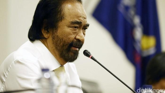 Ketua Umum Partai Nasional Demokrat Surya Paloh memberikan keterangan kepada awak media mengenai Patrice Rioa Capella di DPP Nasdem, Jakarta, Kamis (15/10/2015). Surya Paloh menyatakan kejadian ini merupakan ujian berat bagi Partai Nasdem. Grandyos Zafna/detikcom