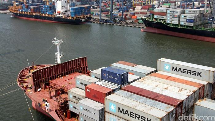 Kesibukan pelayanan bongkar muat di dermaga peti kemas ekspor impor (ocean going) milik PT Pelabuhan Indonesia (Pelindo) II dipastikan tetap berjalan maksimal di tengah persiapan menyambut kunjungan Ratu Kerajaan Denmark Margrethe II bersama suaminya, Prince Henrik , Jakarta, Kamis (15/10/2015). Ratu Margrethe II dan Price Henrik akan berkunjung ke lokasi ini pada pekan depan, Kamis (22/10). Seperti diketahui Maersk Line, salah satu perusahaan pelayaran terbesar di dunia asal Denmark saat ini menjadi pengguna utama Pelabuhan yang dikelola Pelindo II. Kehadiran Ratu Denmark menunjukkan kepercayaan negara asing terhadap kualitas pelayanan pelabuhan di Indonesia. Dalam satu tahun kapasitas pelayanan bongkar muat Pelindo II mencapai 7,5 juta twenty-foot equivalent units (TEUs). Agung Pambudhy/Detikcom