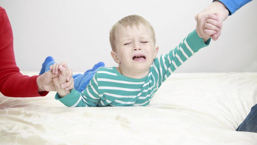 Hindari Beri Respons Begini Saat Anak Laki-laki Menangis