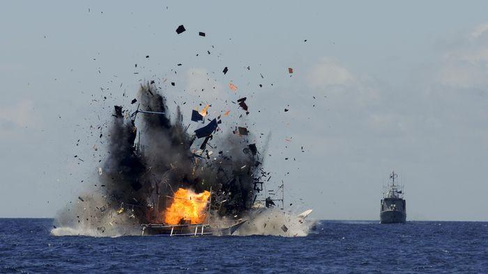 Api dan asap keluar dari lambung kapal nelayan asing pelaku ilegal fishing yang ditenggelamkan di perairan Bitung, Sulawesi Utara, Rabu (20/5). Sebanyak 19 kapal asing diantaranya 5 kapal Vietnam, 2 Thailand, 11 Filipina dan 1 kapal China itu ditenggelamkan bertepatan dengan peringatan Hari Kebangkitan Nasional. Menteri Kelautan dan Perikanan Susi Pudjiastuti diserang Wakil Ketua DPR Fahri Hamzah mengenai kinerja yang telah dilakukan pemerintah di bidang kelautan dan perikanan. ANTARA FOTO/Fiqman Sunandar