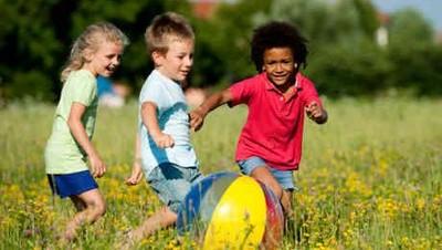 5 Keuntungan si Kecil Jadi Anak Tengah
