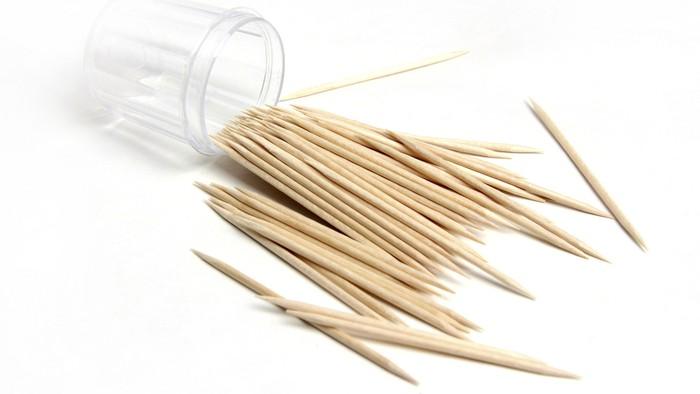 Tusuk gigi bisa tertelan dan merobek dinding perut. Foto: thinkstock
