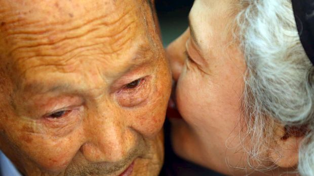 South Korean Lee Jung-sook (R), 68, whispers to her North Korean father Lee Heung Jong, 88, during the separated family reunions at Mount Kumgang resort, North Korea, October 20, 2015
