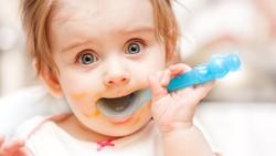 Bayi makan selain ASI di bawah usia 6 bulan, jika tidak sesuai dokter, punya banyak risiko. Foto: Thinkstock