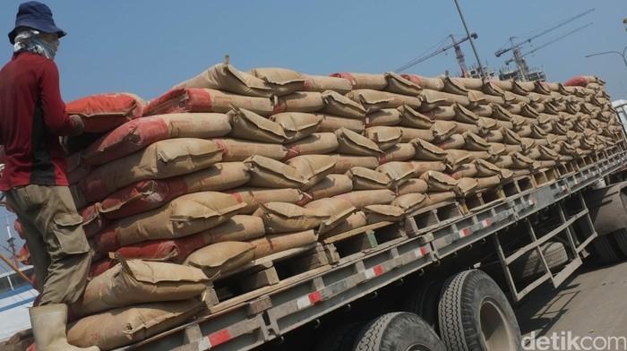 Sejumlah pekerja di Pelabuhan Sunda Kelapa, Jakarta Utara melakukan bongkar muat semen yang akan dikirim ke daerah-daerah di Indonesia bangian timur. detikfoto/dikhy sasra