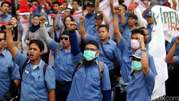 Ribuan buruh dari Konfederasi Serikat Pekerja Indonesia (KSPi), menggelar aksi demo di kantor Bursa Efek Indonesia (BEI), Jakarta, Rabu (21/10/2015). Demo ini merupakan aksi dukungan terhadap rencana  mogok kerja pekerja kontrak dari PT Jalan Tol Lingkar Luar Jakarta (JLLJ) pada 28, 29, dan 30 Oktober mendatang. Rengga Sancaya/detikcom.