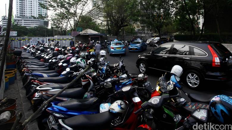 Ilustrasi parkir motor Foto: Hasan Alhabshy