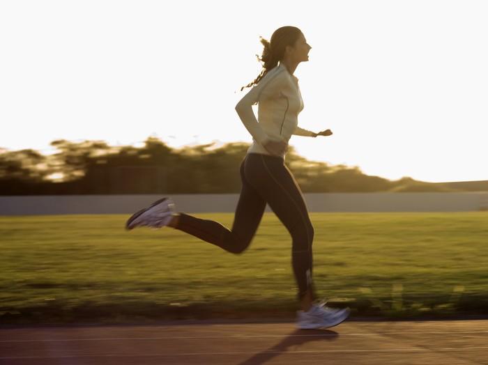 Jika Anda telah melewati siklus kram yang buruk, cobalah meningkatkan intensitas latihan Anda dengan jogging. Namun, pastikan Anda tetap terhidrasi, dan lakukan perlahan atau istirahat jika Anda mulai merasa pusing. Foto: Thinkstock