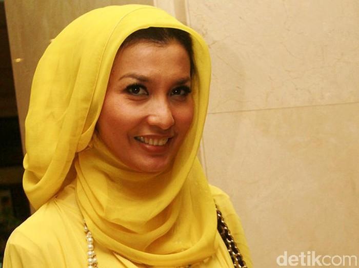 Arzetti Bilbina memiliki nama lengkap Arzetti Bilbina Huzaimi Setiawan adalah seorang peragawati, model, bintang film, sinetron, presenter, dan politisi Indonesia. Ia menjadi anggota DPR RI dari Partai Kebangkitan Bangsa untuk periode 2014-2019. Istimewa/Gus Mun/File/detikFoto.