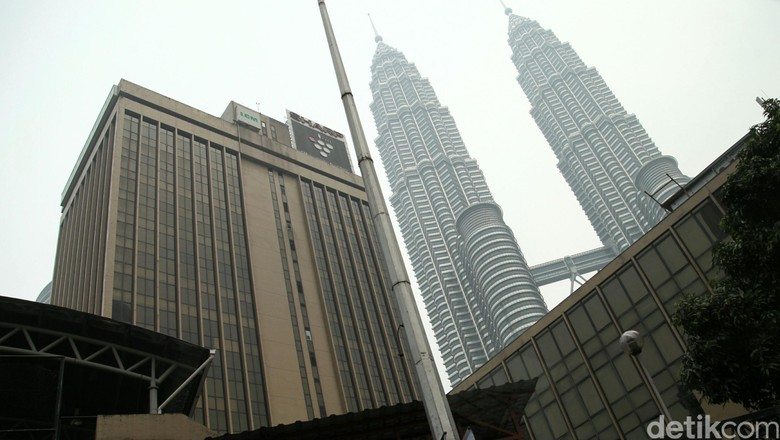 Sejumlah wisatawan melakukan foto selfie di kawasan Menara Kembar Petronas, Malaysia. Menara Petronas menjadi tempat favorit wisatawan untuk dikunjungi dan berfoto di Malaysia. Menara ini diresmikan pada 1  Agustus 1999 dengan tinggi 375 m dengan jumlah lantai 88. Agung Pambudhy/Detikcom.