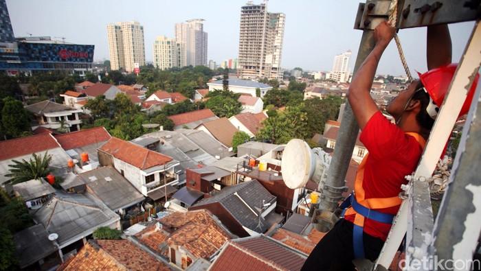 Teknisi melakukan perawatan pemancar Base Transceiver Station (BTS) 4G milik PT Telkomsel di Jakarta, Rabu (28/10/205). Telkomsel terus menambah cakupan dan meningkatkan kualitas jaringan 4G LTE di Indonesia, hingga saat ini Telkomsel mengklaim memiliki lebih dari 1,5 juta pelanggan. Rachman Haryanto/detikcom.