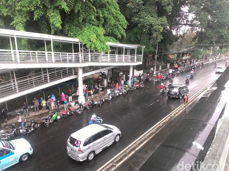 Jalan basah akibat hujan (Foto: detikcom)