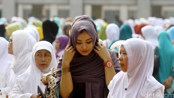 Masjid Istiqlal menggelar Salat Istisqa atau meminta hujan, Minggu (1/1/2015). Salat Istisqa diikuti ribuan jemaah, termasuk Wapres Jusuf Kalla. Salat Istisqa diimami oleh dosen UIN Syarif Hidayatullah Jakarta sekaligus Imam Besar Masjid Istiqlal Hasanudin Sinaga.  Wapres JK hadir dengan didampingi beberapa menteri seperti Menteri Agama Lukman Hakim Saefuddin dan Menpan RB Yuddy Chrisnandi. Rachman Haryanto/detikcom.