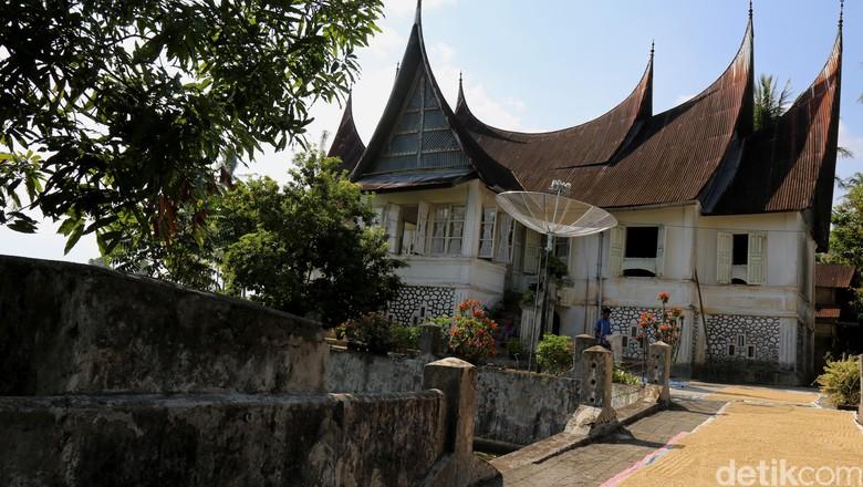 Rumah Gadang atau Rumah Godang adalah nama untuk rumah adat Minangkabau yang merupakan rumah tradisional dan banyak di jumpai di provinsi Sumatera Barat, Indonesia. Rumah ini juga disebut dengan nama lain oleh masyarakat setempat dengan nama Rumah Bagonjong atau ada juga yang menyebut dengan nama Rumah Baanjuang. detikfoto/dikhy sasra