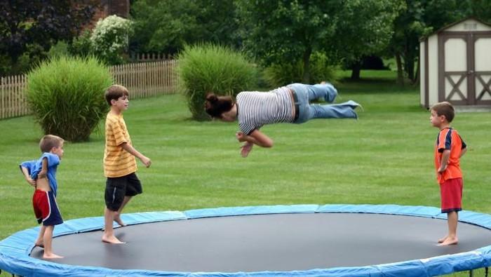 Ilustrasi anak yang bermain trampolin. Foto: thinkstock