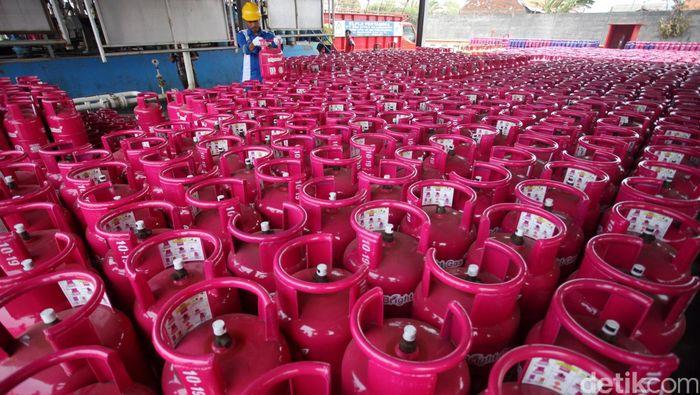 Pekerja mengisi tabung gas Bright berukuran 5,5 Kg di SPBE Plumpang, Jakarta Utara, Selasa (3/11/2015). Sejak diluncurkan akhir bulan lalu bright gas 5.5kg saat ini baru beredar dipasaran sebanyak 30% dari target yang akan diproduksi sebanyak 70.000 tabung sampai dengan akhir tahun ini. Rachman Haryanto/detikcom.