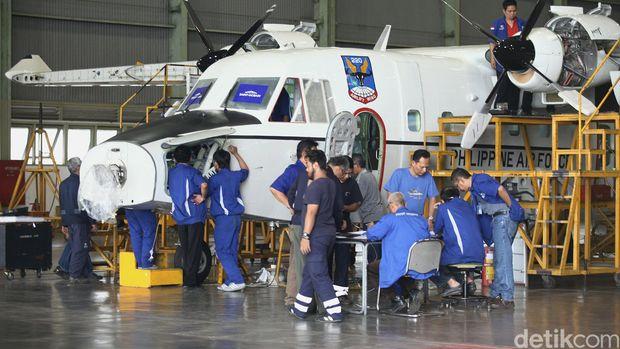 Pekerja melakukan proses pembuatan pesawat CN 295 dan CN 235 dihanggar milik PTDI