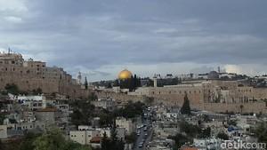 Saat Kumandang Azan Saling Bersahutan di Yerusalem