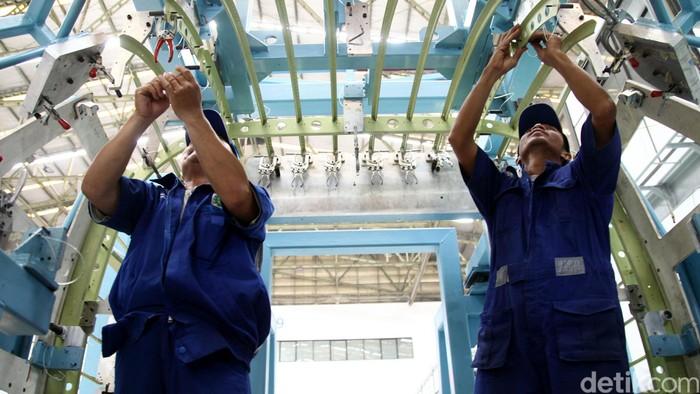 Melihat proses perakitan pesawat N219 di Kantor PT Dirgantara Indonesia, Bandung. Pesawat N 219 sendiri direncanakan akan Roll Out di November 2015. Agung Pambudhy/detikcom.