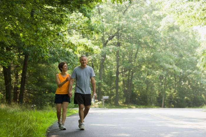 Orang-orang yang berjalan-jalan di hutan akan terhubung dengan alam dan menenangkan pikiran mereka. Ini membantu mereka melawan depresi dan tentunya membuat diri lebih rileks sendiri. Nah, jangan khawatir jika Anda tidak ada hutan di dekat Anda, sebuah taman pun akan sama baiknya kok. Foto: Thinkstock