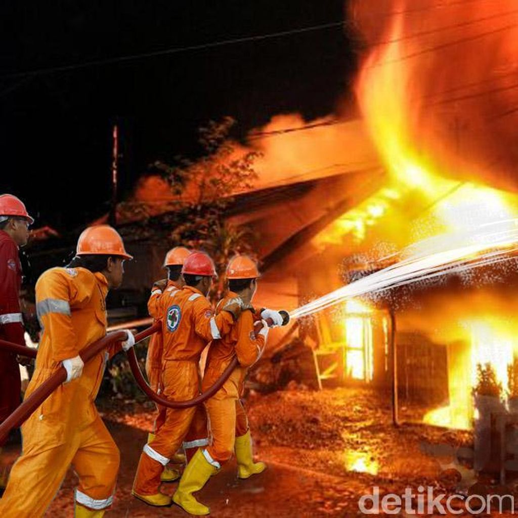 Kebakaran di Permukiman Padat Bidara Cina, 13 Unit Damkar Meluncur