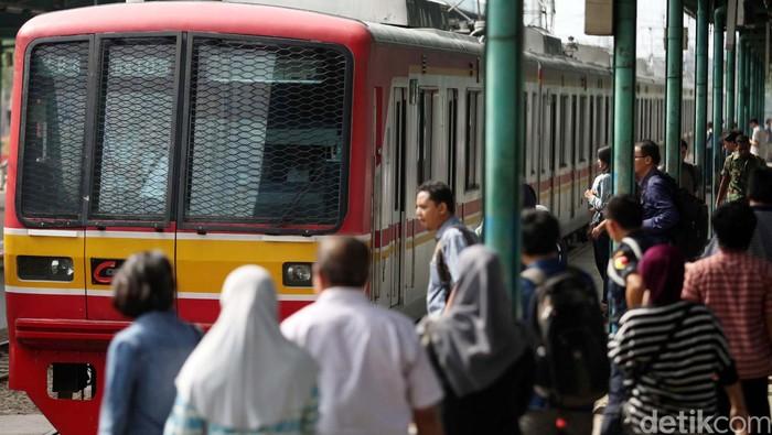 Kamu termasuk anak kereta yang pulang-pergi kerja naik commuter line? Penelitian menyebut anak kereta lebih sehat daripada populasi pada umumnya lho. Foto: agung pambudhy/detikcom