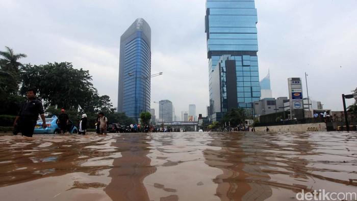 Banjir di bundaran HI jakarta. file/detikfoto/ari saputra