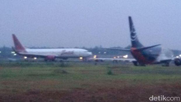 Setelah 6 Jam, Pesawat Batik Air Berhasil Diderek Mobil