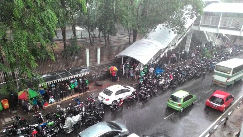 Jakarta Hujan Deras, Begini Gaya Pemotor Berteduh di Halte Sampai JPO