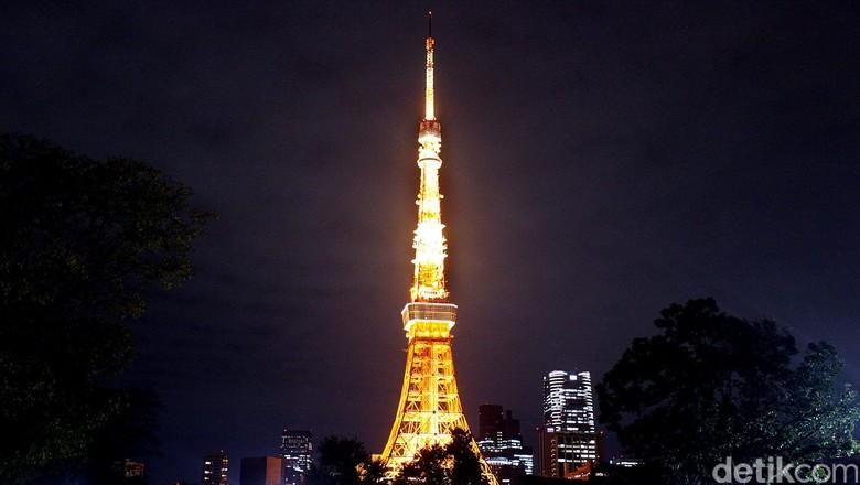 Menara setinggi 333 meter ini merupakan salah satu landmark legendaris di Jepang. Tokyo Tower telah lama menjadi primadona dan simbol ikon pariwisata Jepang. Pada malam hari warna merahnya sangat menarik perhatian, karena menara ini menyala. Terletak di kawasan Minato, Jepang, menara ini selesai dibangun pada tahun 1958. Rengga Sancaya/detikcom.