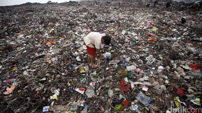 Puluhan warga mengais rejeki dari balik tumpukan sampah rumah tangga yang baru tiba dari DKI Jakarta di Tempat Pembuangan Sampah Terpadu (TPST) Sumur Batu, Bantar Gebang, Bekasi. Mereka memilah sampah-sampah plastik yang bisa dikumpulkan untuk dijual dan diolah kembali menjadi bijih plastik dengan harga Rp 350 per/Kg. Dalam sehari mereka bisa mengumpulkan plastik tersebut sebanyak se-kwintal untuk dijual kembali pada pengepul. (FOTO: Rachman Haryanto/detikcom)