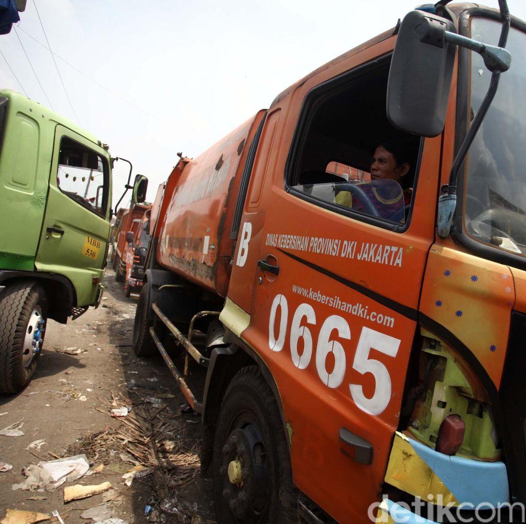 Bekasi Cegat Truk Sampah DKI, Bau Menyengat Jadi Alasannya