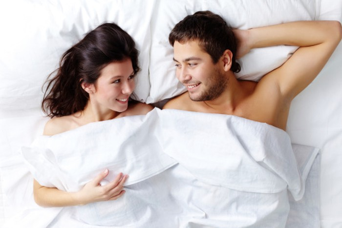 Ilustrasi pasangan di ranjang