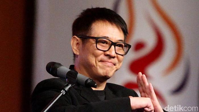 Aktor laga senior asal Tiongkok, Jet Li, tiba di Indonesia dalam rangka menghadiri Kejuaraan Dunia Wushu 2015 di Jakarta, Jumat (13/11). Ia kemudian menghadiri acara Welcome Dinner Kejuaraan Dunia Wushu 2015 di Jakarta Convention Center. Rengga Sancaya/detikcom.