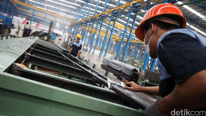 PT Steel Pipe Industry of Indonesia di Karawang Jawa Barat, Selasa (17/11/2015). Pabrik Spindo Karawang ini menghasilkan pipa baja untuk mendukung industri otomotif, infrastruktur, furniture, properti hingga industri minyak dan gas dengan menggunakan mesin baru yang dapat menghasilkan 4800 ton pipa baja dalam sebulan dari yang biasanya hanya bisa memproduksi 3500 ton. Sedangkan penjualannya hingga akhir Oktober 2015 ini sudah mencapai 313.924 ton dan akan terus bertambah hingga akhir Desember 2015 sebesar 80.000 ton. Rachman Haryanto/detikcom.