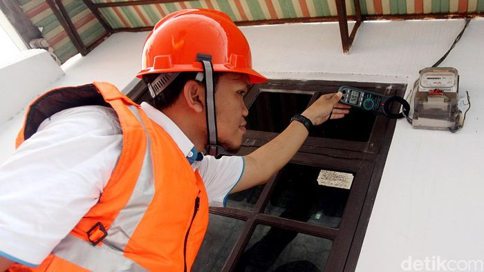 Petugas PLN mengcek meteran listrik/Foto: Rengga Sancaya