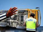 Truk Pupuk Terguling di Tol Tangerang arah Merak Selama 2 Hari